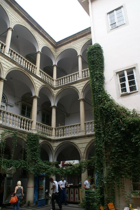 Львов. Достопримечательности: Дворец Корнякта, Итальянский дворик